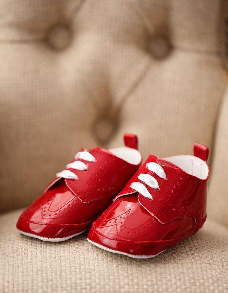buty_do chrztu – czerwone lakierki